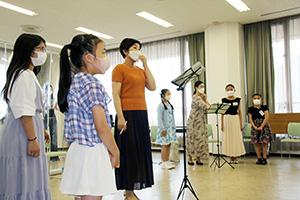 美しい歌声を響かせる出演者たち