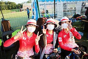 日本代表メンバーと笑顔の矢渡選手㊨(公益社団法人全日本アーチェリー連盟提供)