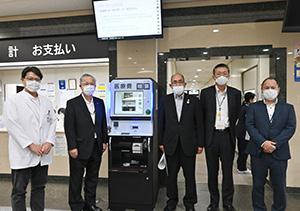 (左から)栁岡院長、神出副管理、角谷代表ら