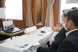 菅首相とリモート対談する自民党県連メンバー
