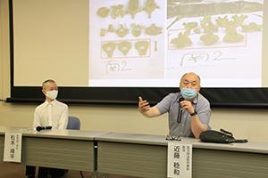 発見された遺骨や遺留品の画像を示しながら活動の様子を説明する近藤教授㊨と松木さん