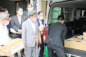 投票用紙が入った段ボール箱を積み込む自民党県連職員ら