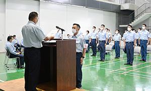 卒業証書を受け取る川端仁さん(中央)