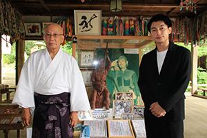 小野田さんの写真やゆかりの品々の前で遠藤さん㊨、小野田宮司