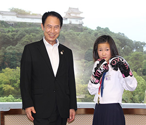 ファイティングポーズの西本さんと尾花市長