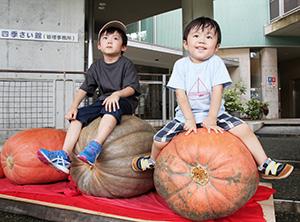 巨大カボチャにびっくりの子どもたち