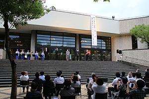 感謝の垂れ幕が下ろされ、閉館した和歌山市民会館
