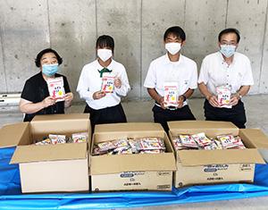 「行っトイレ!」を手に田原校長、前田さん、益田さん、中前教頭(左から、慶風高校提供)