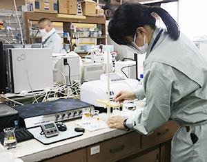 飲用が可能か水質検査を行う和歌山市職員(市提供)