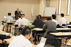 清潔な選挙を呼び掛ける小濱委員長(左奥)