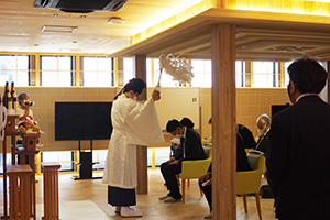 芸術的な多目的ホールで行われた竣工式